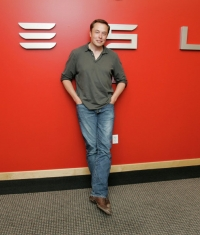 Tesla активно переманивает сотрудников Apple