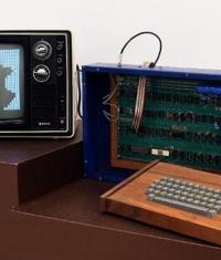 Один из первых компьютеров Apple 1 продали на аукционе