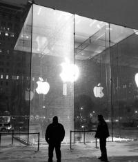 У Apple Store на Пятой Авеню треснула стеклянная панель (фото)