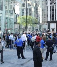 В центральный Apple Store Нью-Йорка ворвались протестующие (фото)