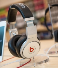 В Apple Store разрешают послушать звук в наушниках перед их покупкой