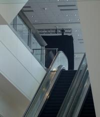В холле Moscone West появился баннер нового продукта Apple