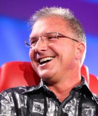 Грег Джосвиак: Apple не будет выпускать бюджетные устройства