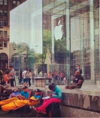 В Нью-Йорке стала собираться первая очередь за iPhone 6