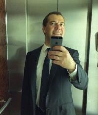 Дмитрий Медведев создал селфи при помощи iPhone 5s и выложил в Instagram