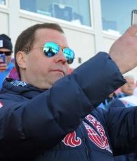 Дмитрий Медведев продолжит испоьзовать продукцию Apple даже после санкций от США