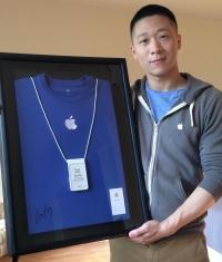 Sam Sung продал визитку и футболку Apple за $2650