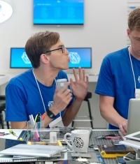 Samsung выпустила ряд роликов высмеивающих новые Apple Watch и iPhone 6 Plus